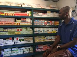 L'infirmier Alpha devant la pharmacie