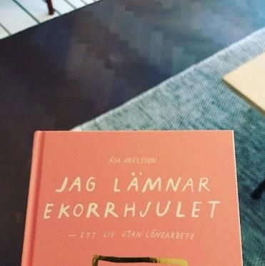 """Åsa Axelsson """"Jag lämnar ekorrhjulet : ett liv utan lönearbete"""""""