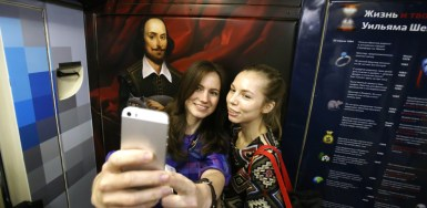 2016.05.24 - 02 - Shakespeare-Themed Train Launched in Moscow Undergorund
