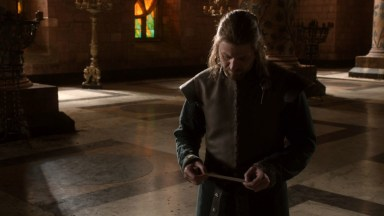 GoT S01E03 00.23.44 - Raven Scroll with news about Bran Stark delivered to Ned Stark