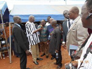 Le président de l'Assemblée nationale et président par intérim du MPP , échangeant avec des représentants des autres groupes parlementaires à la fin de la cérémonie d'ouverture.