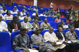 Les députés à la session qui s'est penchée sur la dotation des tablettes