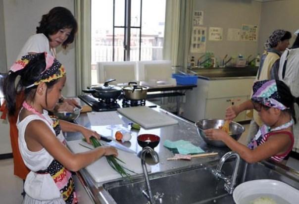 野菜を切ったり、餃子の餡を混ぜたり、小麦粉をこねて皮を作ったり、子どもたちが大活躍しました。