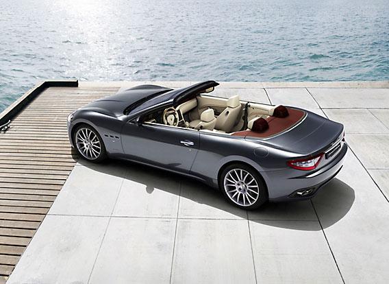 Maserati GranCabrio van bovenaf gezien