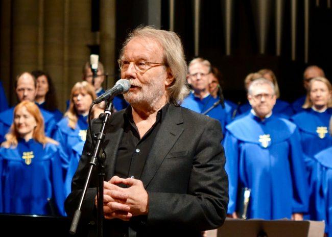Benny Andersson in front of members of the Nidarosdomen choir