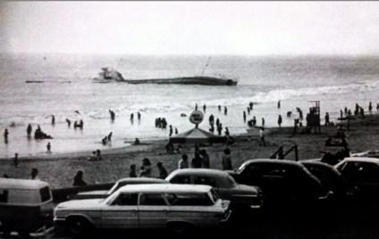 """Pese a la fatalidad del """"Caplina"""", los días de playa continuaron en medio de las expectativas por el desenlace del buque-petrolero."""