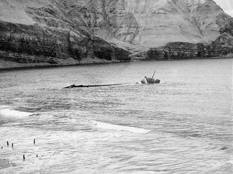 El barco-petrolero llevaba en sus tanques 1,262 toneladas de petróleo y se dirigía a Marcona, en Ica, cuando le sobrevino un desperfecto.