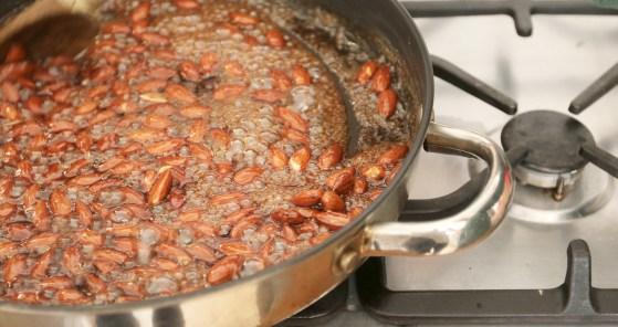 Gebrannte Nüsse mit Ingwer und Zimt sind ein super Mitbringsel zum Weihnachtsfest. Das Rezept für gebrannte Mandeln findet ihr auf dem Blog | Ichsowirso