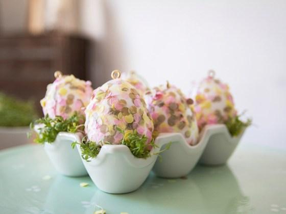 Ostereier mit Konfetti basteln ist eine super einfache Batelidee zu Ostern mit Kleinkindern. Ein schnelles Oster DIY. Wie es geht seht ihr auf dem Blog.