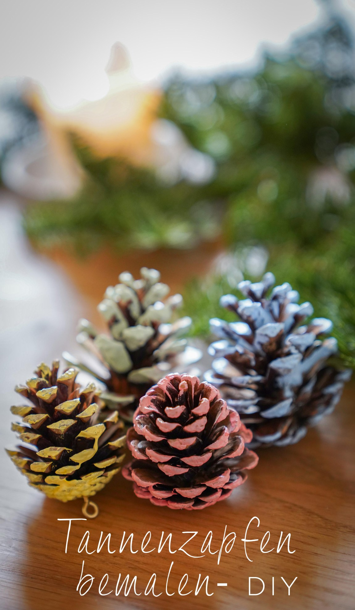 Einfacher Tannenbaumschmuck aus bemalten Tannenzapfen sind ein super Weihnachtsschmuck für den Weihnachtsbaum.Ein DIY dazu auf dem Blog | Ichsowirso