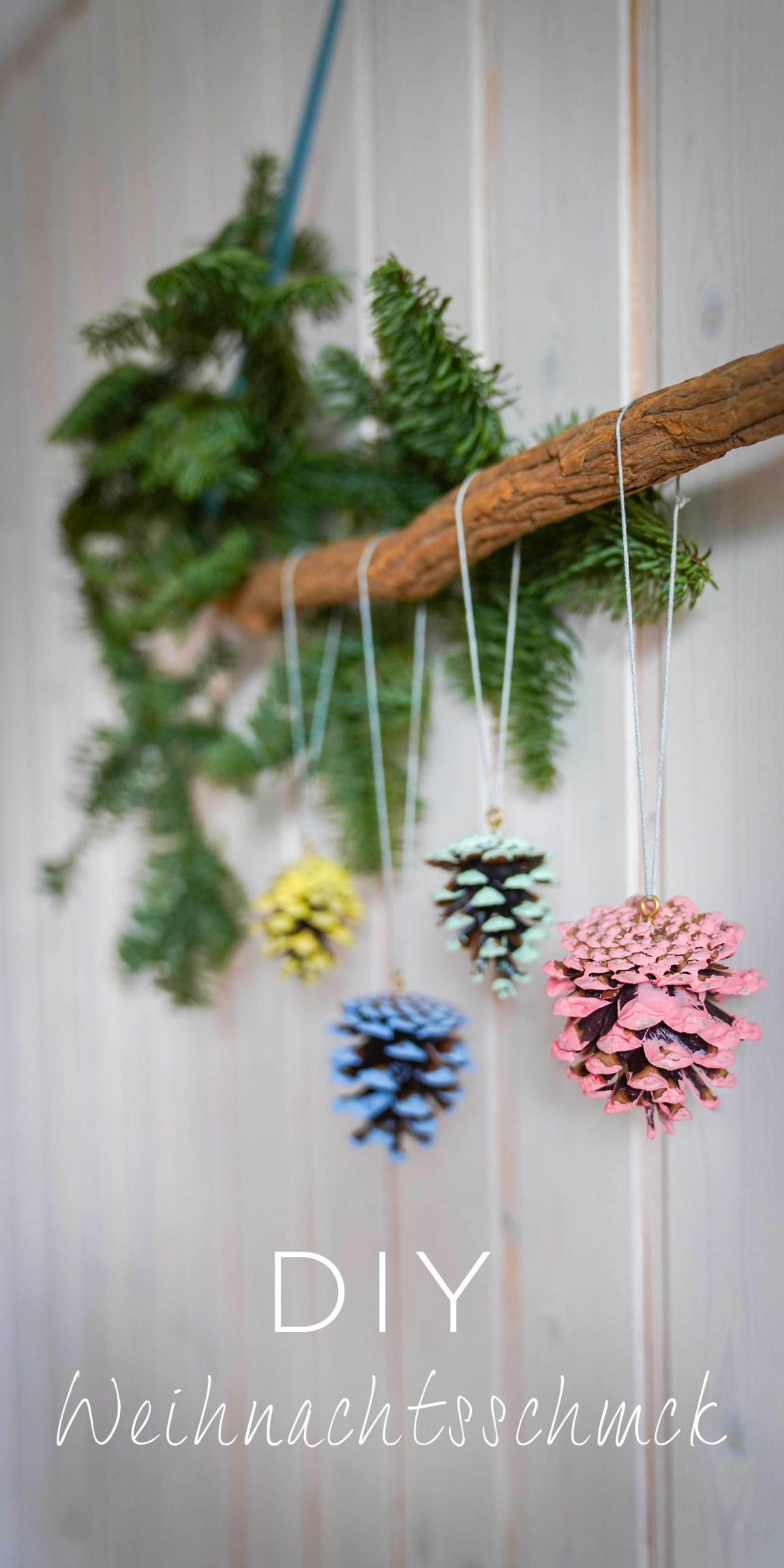 Einfacher Tannenbaumschmuck aus bemalten Tannenzapfen sind ein super Weihnachtsschmuck für den Weihnachtsbaum.Ein DIY dazu auf dem Blog   Ichsowirso