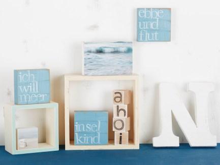 """Das Türchen ebbe und flut in 10x10cm mit 6x6 Mini Fotoplatte """"boot"""" Schmuck für die Wand zu Hause? Oder fürs Regal? Ideal für deine Wand im Wohnzimmer, Bad oder zum Kombinieren mit einer Fotoplatte von iopla. Oder einfach als Geschenk für dich, die Familie oder die besten Freunde. Das Wandbild ist so dick (28mm), dass es auch wunderbar auf einem Tisch oder Sims stehen kann, wenn man es nicht hängen möchte. Die Textplatte ist 10x10cm gross hat hinten ein Loch, so dass man es ganz einfach an einem Nagel an die Wand hängen kann. Die Buchstaben sind einzeln auf die Platte gestempelt, so dass jede Platte in klein wenig anders aussieht und das Produktbild nicht immer ganz verbindlich ist. Dafür hat du ein kleines Unikat an der Wand hängen. Wanddekoration fürs Herz - Wandaccessoires als Geschenk Lyrics für Liebhaber von Text an der Wand."""