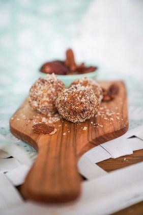 Gesunde und leckere Snacks sind diese Energy Balls aus Früchten und Nüssen. Zwei verschiedene, zuckerfreie Rezepte für die Energie Kugeln gibt es jetzt auf dem Blog, diese sind low carb und Logi | Ichsowirso.de