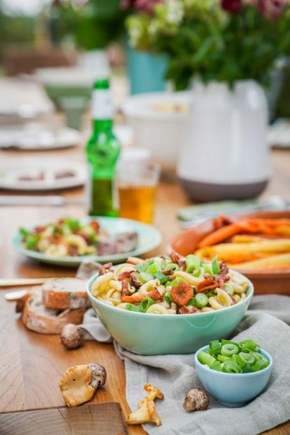 Herbstlicher besonderer Nudelsalat mit Pfifferlingen und Frühlingszwiebeln. Frisch und mit einen Hauch vom Herbst. Das Rezept findet ihr auf dem Blog | ichsowirso.de