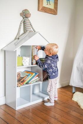 Bücherregal Hausregal.Kinderzimmer blau, hell ubnd nordsich, skandinavisch eingerichtet. Ein Jungszimmer als gemeinsames Kinderzimmer oder lieber ein eigenes Zimmer für die Zwillinge? Auf dem Blog teile ich meine Gedanken dazu und zeige euch das neue Kinderzimmer.