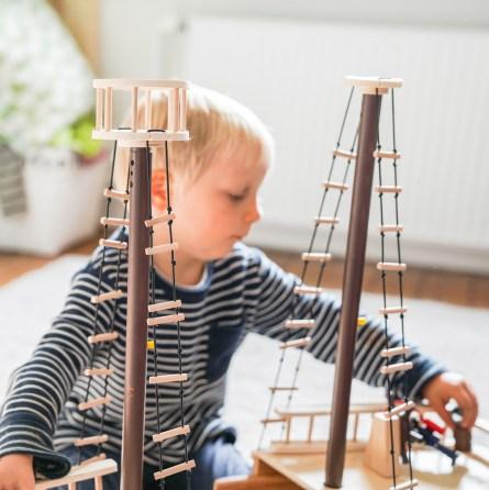 Piratenschiff aus Holz. Ein gemeinsames Kinderzimmer oder lieber ein eigenes Zimmer für die Zwillinge? Auf dem Blog teile ich meine Gedanken dazu und zeige euch das neue Kinderzimmer.