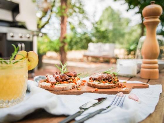 Wir haben unseren neuen Grill eingeweiht und für euch habe ich ein Grillrezept Stulle mit Steak und Rosmarin Gemüse auf Ziegenfrischkäse. | Ichsowirso.de