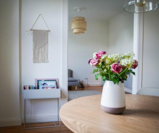 Unser Wohnzimmer,ist skandinavisch und hell mit viel holz und frischen Blumen