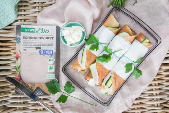 Pfannkuchen als Snack für unterwegs? Wir lieben es! Besonders beliebt ist bei und gerade die belegte Stulle mit Zucchini und Schinkenwurst von REWE bio. Das Rezept jetzt auf dem Blog. | ichsowirso.de