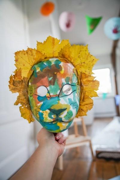 Wir basteln herbstliche Löwenmasken mit Laub und Tusche. Ein DIY für dieses einfache Löwenkostüm zum verkleiden findet ihr auf dem Blog | ichsowirso.de