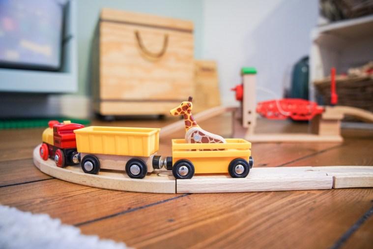 Die besten Spielsachen sind die, die mitwachsen und zum spielen annimieren. Unsere Lieblingsspielsachen im Kinderzimmer haben wir schon einige Jahre. Für euch habe ich sie auf dem Blog gesammelt. | Ichsowirso.de