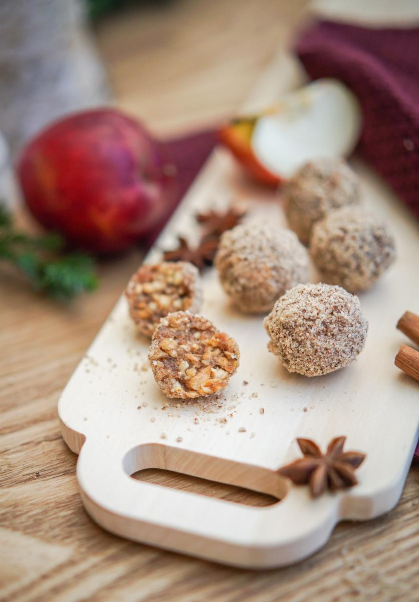 Energyballs die weihnachtlich sind schmecken fast noch besser als die normalen Energiekugeln. Denn die Weihanchtlichten Energiebälle mit Apfel und Spekulatius lassen uns gesund naschen | Rezept auf ichsowirso.de
