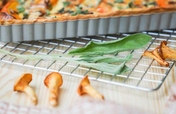 Herbst Quiche als Kürbisquiche mit Pfifferlingen und Salbei. Ein schnelles und eifnaches Quiche Rezept findet ihr jetzt auf dem Blog | Ichsowirso.de