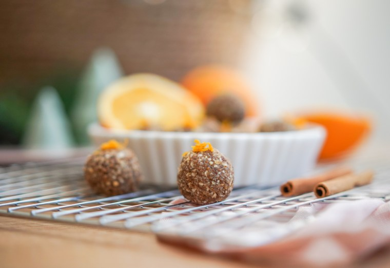 Energyballs naschen und gesund durch die Weihnachtstage kommen. Das ist ein schnelles und einfaches Rezept für zuckerfrei weihnachtliche Energyballs | ichsowirso.de