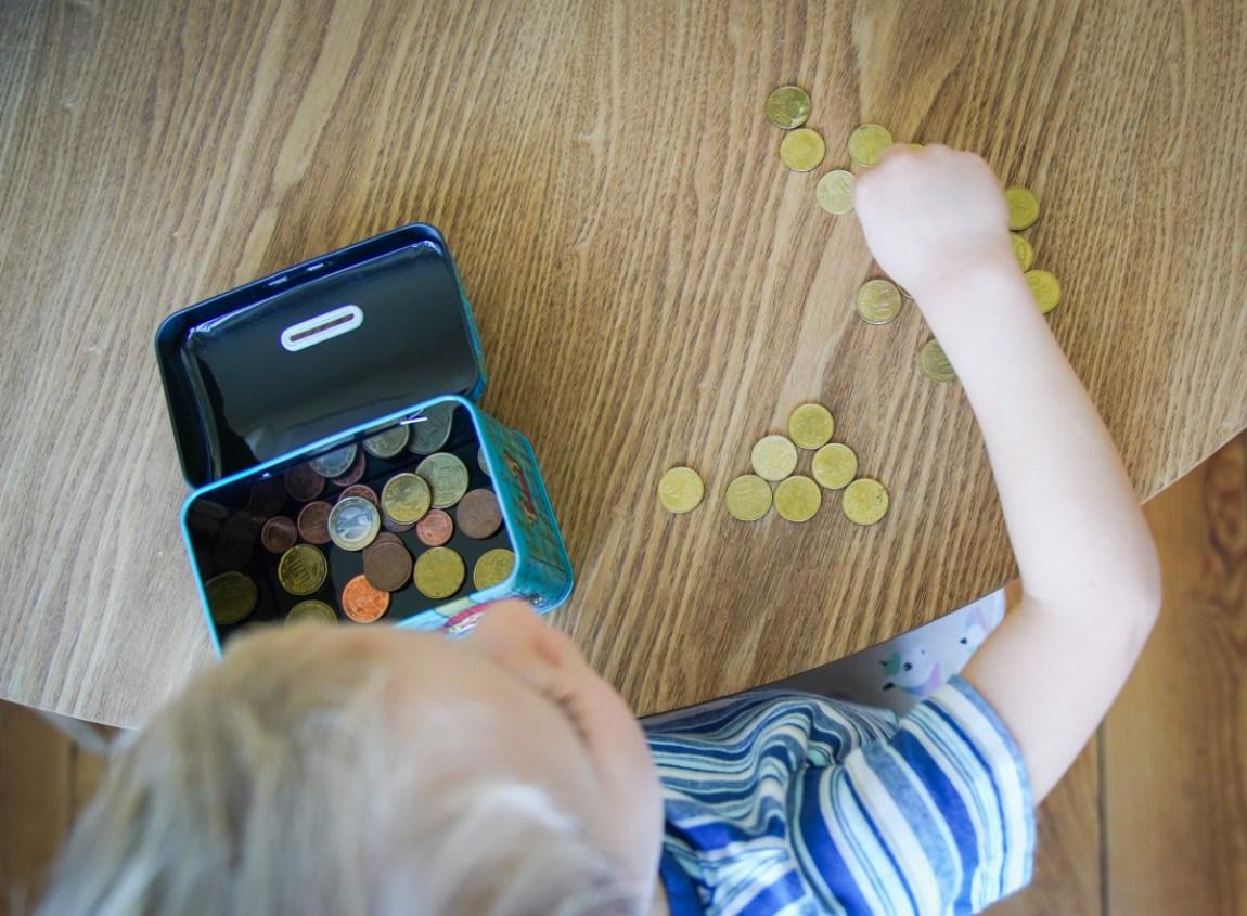 So kann ich im Alltag sparen -Für euch gibt es 20 Spartipps um das Geld im Alltag zusammen zu halten. Schon im kleinen kann man auf dem Konto viel bewirken. | Ichsowiro.de