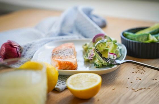 Dieser Avocado- Gurkensalat mit Ofenlachs ist eines meiner liebsten Lowcarb Gerichte momentan. Ein schnelles und einfaches Rezept für eine gesunde Ernährung. / Ichsowirso.de
