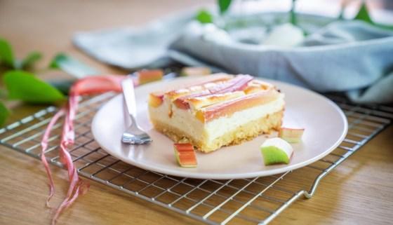Leckerster Rhababer Käsekuchen. Der Rhababerkuchen ist frisch und saftig und schmeckt intensiv nach Rhababer. Einfach und schnell selbstgebacken. Das Rezept für diesen Blechkuchen findet ihr jetzt auf dem Blog | Ichsowirso.de