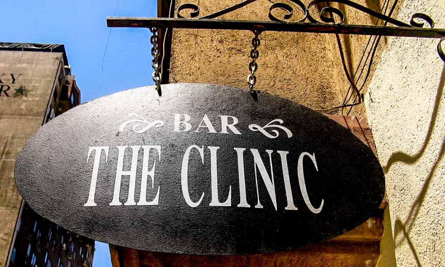 insolite santiago chili the clinic chiens errants café rooftops