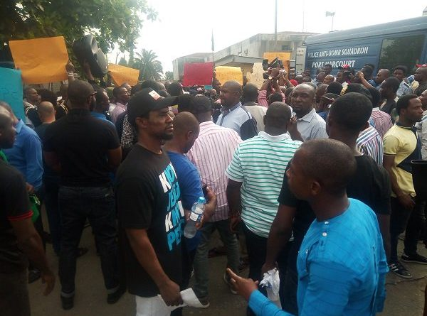 Security operatives cordon off INEC's Rivers State office as APC supporters hold protest