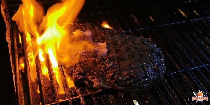 Flambiertes Flank Steak mit Garnelen vom Grill