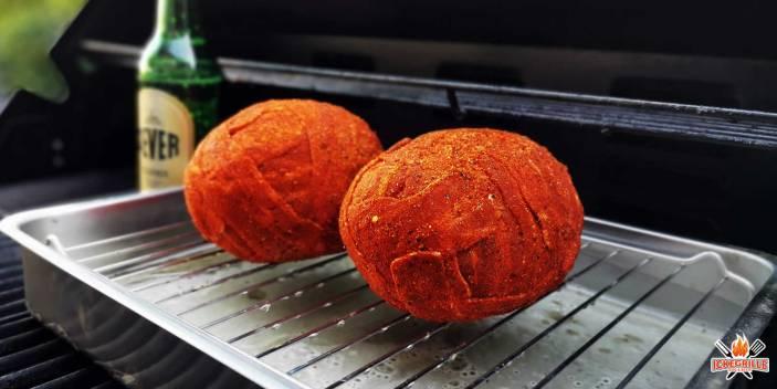 Bacon Bomb mit Avocado und Cheddar gefüllt grillen