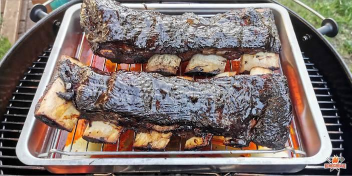 Beef Short Ribs Rezept: Nach dem Räuchern kommt das Dämpfen