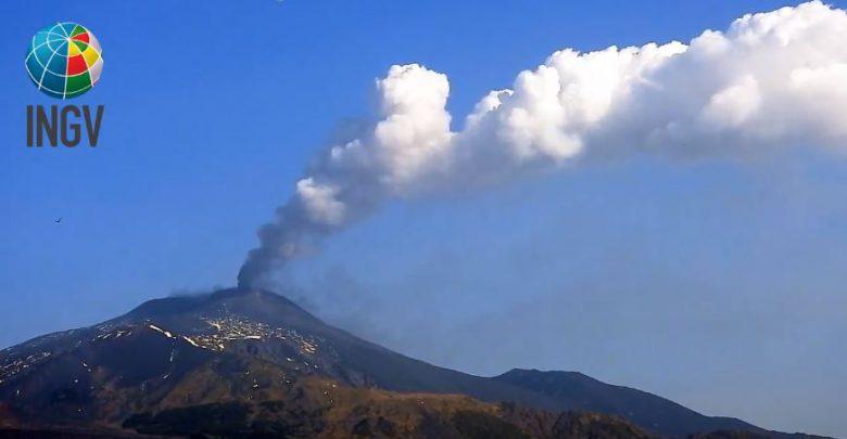 Etna in eruzione: nel cielo una colonna di fumo di 5 km [FOTO e VIDEO]