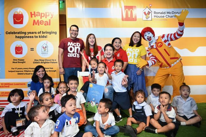 McDonald's representatives, RMHC ambassador Alden Richards, Ronald McDonald, and the kids from Bahay Bulilit