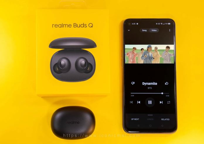 realme Buds Q - listening to music