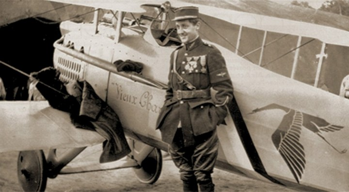 Hispano-Suiza: El Capitán Georges Guynemer junto al emblema de su escuadrón