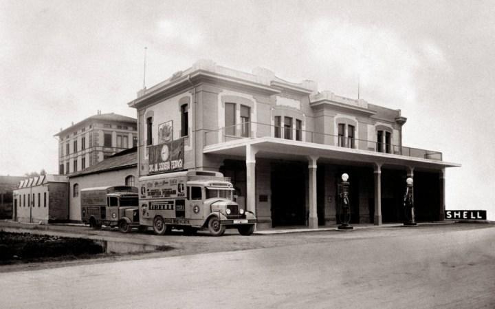 El edificio de la Scuderia Ferrari, en el Viale Trento Trieste de Modena, en 1932: atención a los camiones patrocinados, algo nada común en la época.