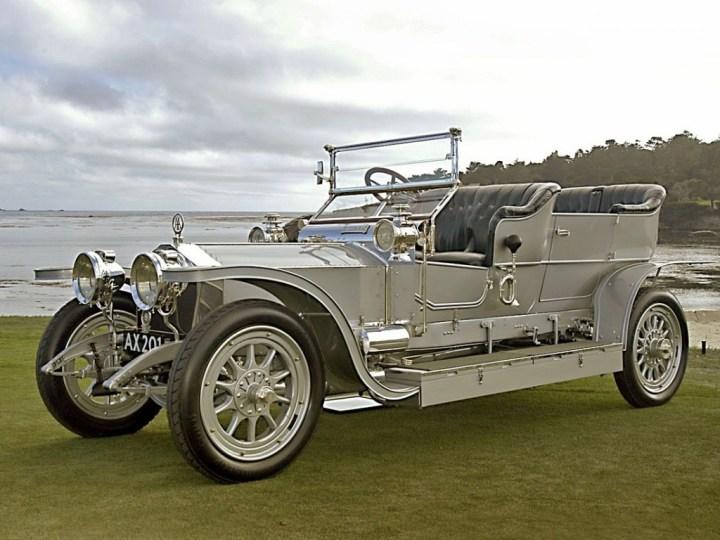"""Debido a su rodar tan silencioso, el 40/50hp con matrícula AX201 fue apodado por la prensa como """"Silver Ghost"""" o """"Fantasma Plateado"""", nombre que luego se hizo extensivo a las casi 6.000 unidades fabricadas, incluyendo 1.701 hechas entre 1921 y 1931 en Springfield, Massachusetts, EEUU."""