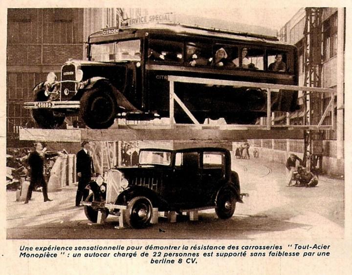 """""""Una experiencia sensacional para demostrar la resistencia de las carrocerías 'todo acero monopieza': un autobús cargado con 22 personas es soportado sin debilidad por una berlina 8 CV"""""""