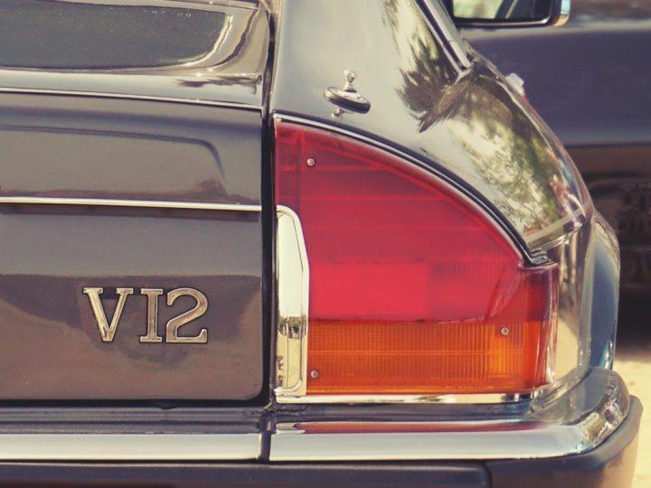 Tipografía Jaguar XJS V12