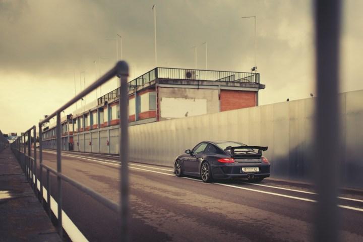 Porsche 911 black side en el Circuito del Jarama