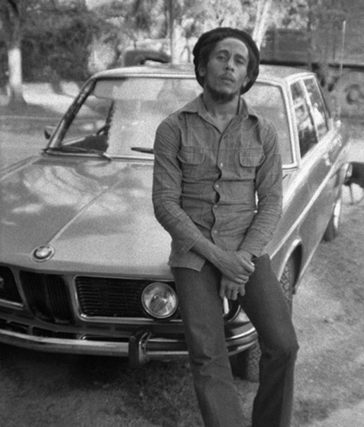 Bob Marley con su BMW Bavaria del '73 en su casa en Kingston, Jamaica en 1976 | Peter Simon