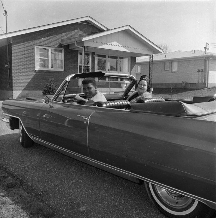Cassius Clay (Muhammad Ali) con su madre Odessa Grady Clay en su Cadillac Eldorado del '63