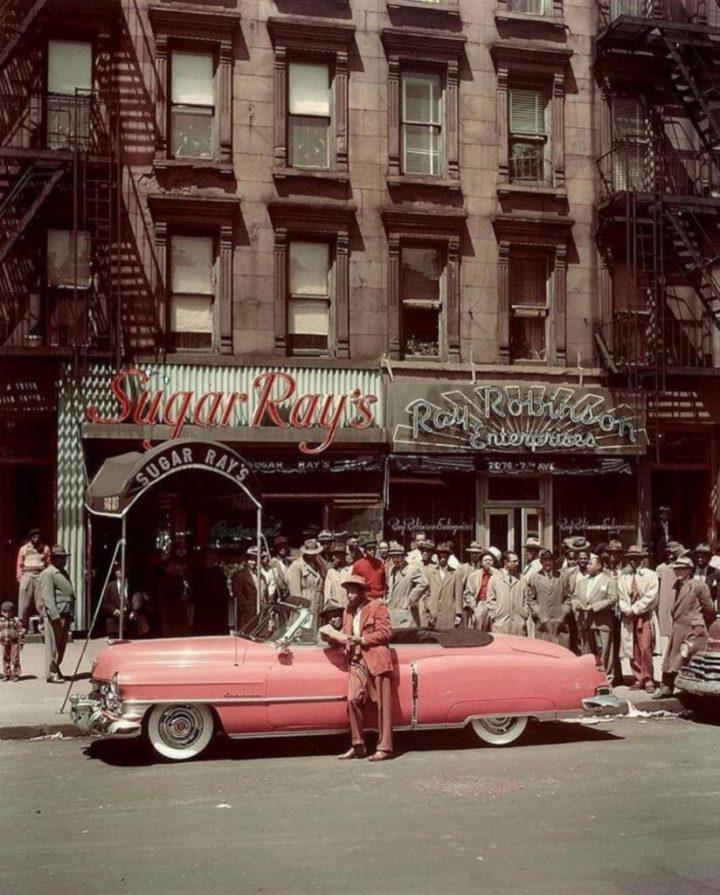 El boxeador Sugar Ray con su Cadillac convertible del '50 delante de su restaurante en Harlem | George Karger:Pix Inc.:The LIFE Images Collection