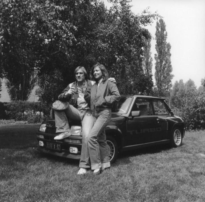 Gerard Depardieu y su Renaut 5 Turbo 2 a mediados de los '80