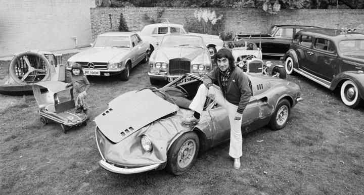 Keith Moon de con su hija Amanda, su Dino 246 GT y resto de coches de su colección en Tara, su casa en Surrey, Reino Unido en 1972 | Jack Kay:Daily Express:Hulton Archive